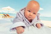 Baby in badjas — Stockfoto