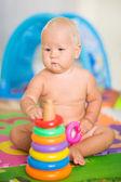 Baby mit spielzeug — Stockfoto