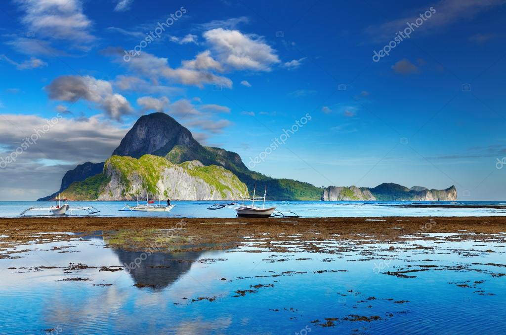 El Nido bay and Cadlao island at low tide, Palawan, Philippines — Stock Photo #19111709