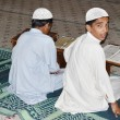 KARACHI, PAKISTAN - NOV 14: The boys study Koran in the Tooba Mosque on november 14, 2006 in Karachi, Pakistan. Tooba Mosque  the largest single dome mosque in the world — Stock Photo