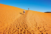 People climbing to sand dune in Namib Desert, Sossusvlei, Namibia — Stock Photo