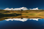 Snowy mountains reflected in lake, Plateau Ukok — Stock Photo
