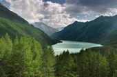 Красивое бирюзовое озеро в Алтая — Стоковое фото