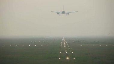 Landing in the mist — Stock Video