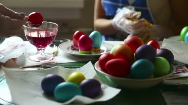 Coloring easter eggs — Stock Video