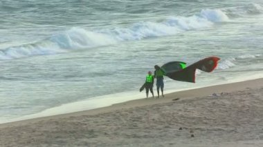 Kite surfers ashore — Stock Video