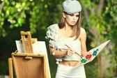 女人绘画在绿色的花园. — 图库照片