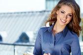 Agente inmobiliario atractiva mujer — Foto de Stock