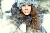 Portret młodej kobiety zimą. płytkie dof. — Zdjęcie stockowe