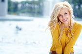 Closeup retrato de uma mulher bonita na cidade, no horário de verão — Foto Stock
