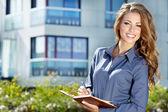 Schöne geschäftsfrau auf dem hintergrund des modernen büros — Stockfoto