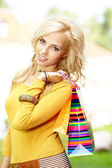 Shopping woman in autumn colors — Stockfoto