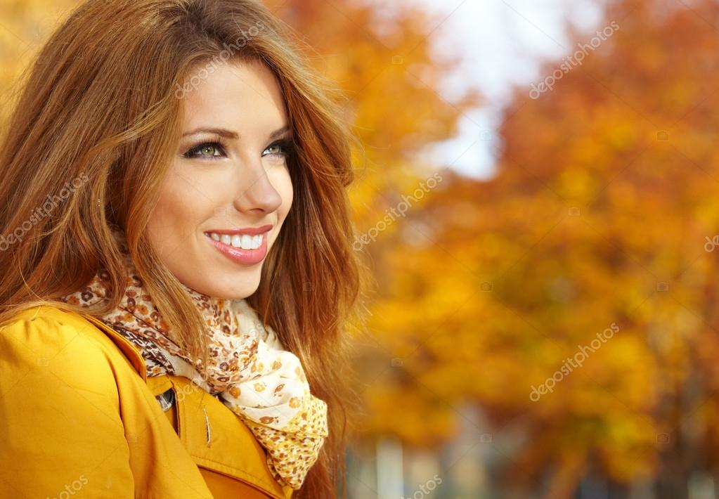 Portrait of beautiful young woman in autumn park.   Foto Stock #13899887