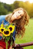 年轻的黑发女人画像在秋天的颜色 — 图库照片