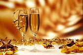 Gläser champagner auf gelbem grund — Stockfoto