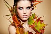 Herbst frau. fallen. schöne stilvolle mädchen mit professionellen mak — Stockfoto