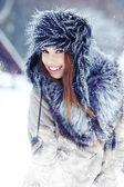Ritratto di donna neve inverno all'aperto il giorno nevoso inverno bianco. — Foto Stock
