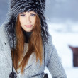 Beautiful girl in the park in winter - Foto Stock