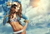 Okouzlující mladá žena v džínové bundy na pozadí oblohy — Stock fotografie