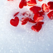 Red hearts on snow — Stockfoto