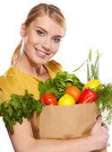 Schöne junge frau mit gemüse und früchten in einkaufstasche — Stockfoto