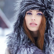 Beautiful girl in the park in winter — Stock Photo #19873117