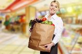 Hermosa mujer compra en un centro comercial dibujado — Foto de Stock