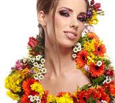 Portrét ženy oblečené v jarních květin — Stock fotografie