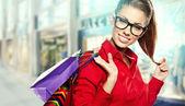 Mulher bonita de compra em um shopping desenhada — Foto Stock