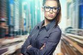 Um retrato de uma mulher de negócios jovem em um escritório — Fotografia Stock