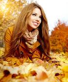 Foglie d'autunno donna su — Foto Stock