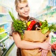 Woman shopping for fruits and vegetables in produce department — Foto de Stock