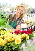 Mladá blondýnka s zahradnické nástroje — Stock fotografie