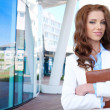 affärskvinna utanför en modern kontorsbyggnad — Stockfoto