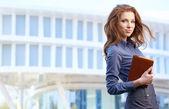 Mulher atraente agente imobiliário — Fotografia Stock