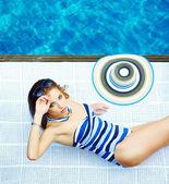 Modelka pózuje u bazénu — Stock fotografie