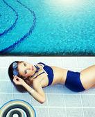 Verão. mulher jovem e bonita em uma piscina — Fotografia Stock