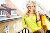 молодой блондинке покупок с мешками — Стоковое фото