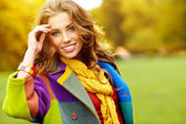 Fashion woman walking in autumn park — Stockfoto