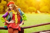 Walking im herbst park weiblich — Stockfoto