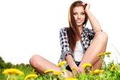 Porträtt av charmig ung kvinna ler på gräs — Stockfoto