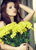 Porträtt av en vacker ung kvinna i sommaren park. — Stockfoto