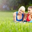 Portrait de femme fitness deux s'amuser dans le milieu de l'été — Photo