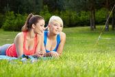 Portrét dvou fitness ženy baví v létě prostředí — Stock fotografie