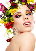 Vrouw met kapsel en freesia bloem. geïsoleerd. — Stockfoto