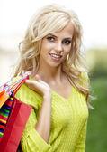 美丽的金发碧眼的购物的女人的室外 — 图库照片