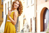 Mujer de compra en la ciudad — Foto de Stock