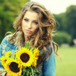 Autumn fashion woman with flowers — Stock fotografie