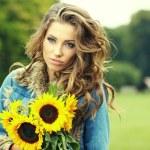 höstens mode kvinna med blommor — Stockfoto