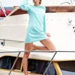 夏の日でヨットの上で魅力的なファッションの女の子 — ストック写真